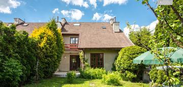 Dom w segmencie w ponadczasowym stylu z ogrodem