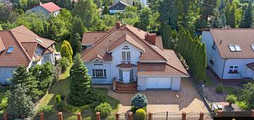 Dom w dzielnicy parkitka