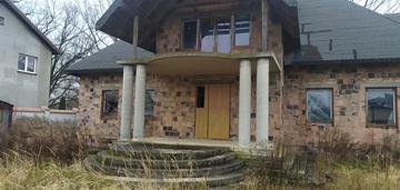 Duży dom na działce z dostępem do rzeki