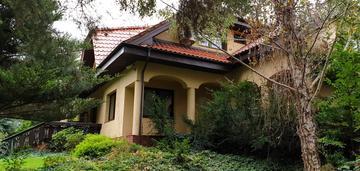 Duża działka zabudowana domem i czarnów