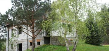 Dom w stanie surowym z budynkiem gospodarczym