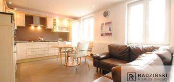 Przestronne dwa pokoje z osobną, dużą kuchnią.