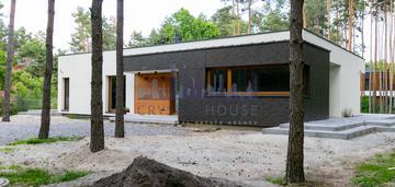 Nowy nowoczesny dom w radości na lesniej działce