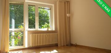 Zadbane mieszkanie w budynku otoczonym zielenią