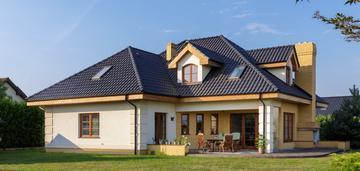 Wyjątkowo zaprojektowany dom z dużym ogrodem w sta