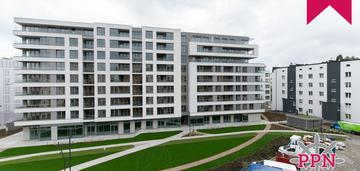 Przestronne mieszkanie z dwoma balkonami.