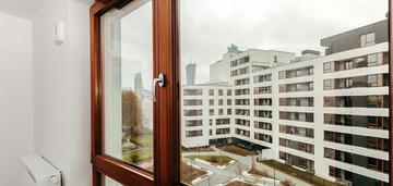 Wysoki standard. spory balkon. widok na wieżowce.
